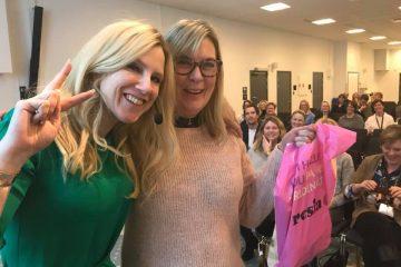 Två kvinnor som ler på tandvårdsdagen 2018